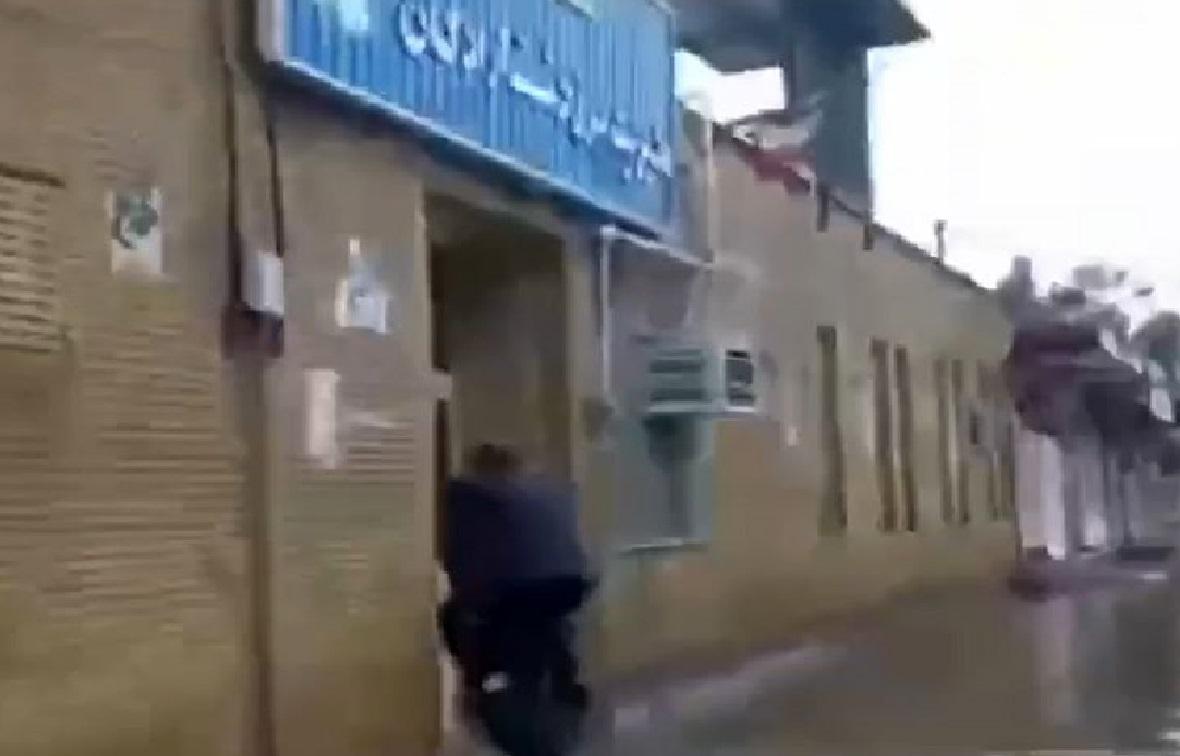 سواری گرفتن رئیس اداره برق دشت آزادگان از کارکنان+فیلم
