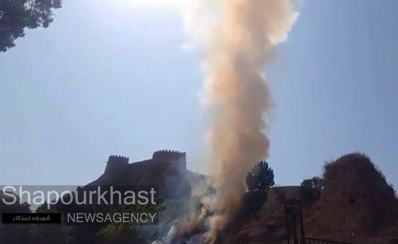 حریق در دامنه قلعه فلک الافلاک / علت آتش سوزی در دست بررسی است